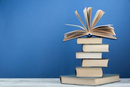 Stapel kleurrijke boeken. Onderwijs achtergrond. Terug naar school. Boek, hardback kleurrijke boeken op houten tafel. Onderwijs business concept. Ruimte voor tekst kopiëren. Stockfoto - 79233592