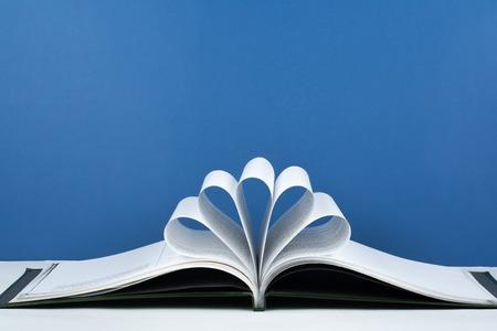 Vieux livre relié ouvert, page décorer dans une forme de fleur pour l'amour dans Valentines. amour avec coeur de livre ouvert. Banque d'images - 79838966