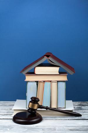 법률 개념 법정 또는 법 집행 사무실, 파란색 배경의 테이블에 나무 판사 디노와 함께 책을 엽니 다. 텍스트를위한 공간을 복사합니다. 스톡 콘텐츠