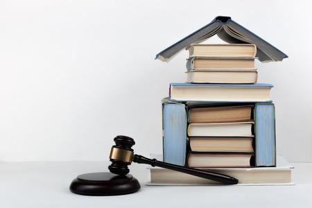 Offenes Buch des Gesetzeskonzeptes mit hölzernem Richterhammer auf Tabelle in einem Gerichtssaal oder in einem Strafverfolgungsbüro, weißer Hintergrund. Platz für Text kopieren. Standard-Bild - 80272021
