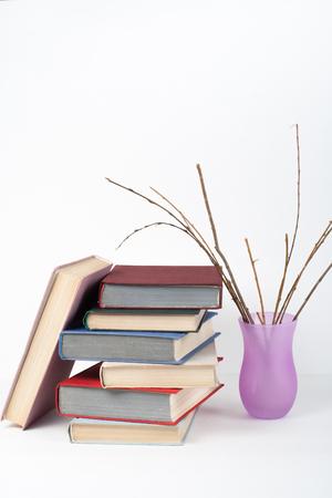 Open boek, hardback kleurrijke boeken op houten tafel, witte achtergrond. Terug naar school. Vaas Kopieer ruimte voor tekst. Onderwijs business concept.