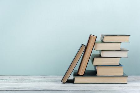 Pila de libros coloridos. Antecedentes educacionales. De vuelta a la escuela. Libro, libros coloridos del libro en la tabla de madera. Concepto de negocio de la educación. Copia espacio para texto