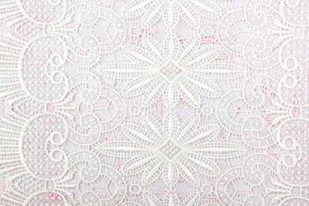 Biurko z widokiem z góry. Obszar roboczy z koronkami na białym tle na różowym tle. Płaska kompozycja dla czasopism, stron internetowych, mediów. Płaski układanie, widok z góry Zdjęcie Seryjne