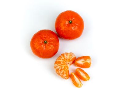 Mandarino fresco arancio maturo, mandarino pulito, fette di mandarino, isolato su sfondo bianco. Vista dall'alto Archivio Fotografico