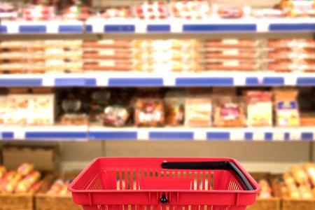 Photo floue abstraite du magasin avec panier en arrière-plan flou du grand magasin. concept d'entreprise.