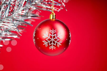 Christmas composition of fir branches and Christmas balls of viburnum on a red background Banque d'images - 135503531