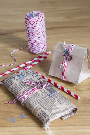agradecimiento: Peque�os regalos de Navidad empaquetados en rojo y natural