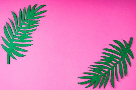 Creative summer trendy background with palm leaves on pink. Handmade palm leaves. Idea summer art crafts for kids in camp arts. Top view Archivio Fotografico - 115147321