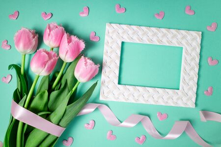 Spring flowers. Bouquet of tulips flowers on color background. Holidays, Easter, 8 march, happy birthday, anniversary, wedding, congratulations card concept. Flat lay 免版税图像