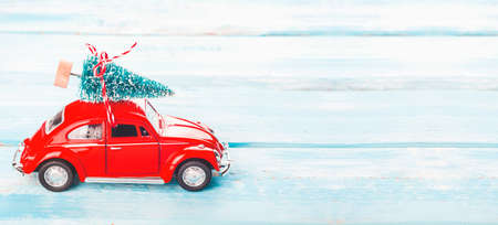 Christmas background with red car and Christmas tree. Merry Christmas holidays card. Long format with copy space Banque d'images
