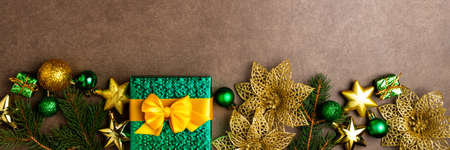Christmas background with gift box and decorations on dark background. Holidays, Christmas, celebration concept. Long format with copy space Banque d'images