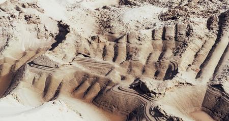 Cava di sabbia industriale con cingoli per buldozer. Sabbiera. Industria di costruzioni. Archivio Fotografico