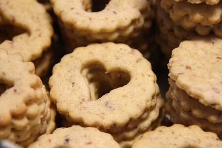 I biscotti di pasta frolla impilati per i biscotti linzer si trovano su carta bianca Archivio Fotografico