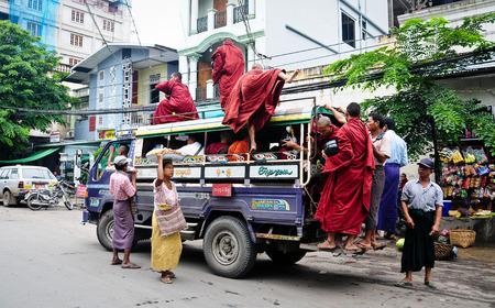 만달레이, 미얀마 -1 월 12, 2015. 만 달 레이 도시, 미얀마에서 로컬 버스에 많은 버마어 사람들.