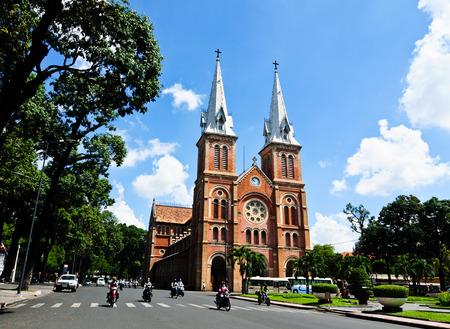 사이공, 베트남 - 2014 년 10 월 2 일. 사이공 (호치민 시티), 베트남에서에서 노 틀 담 성당. 프랑스어 지배 (1880 년)에서 건축되고 건축