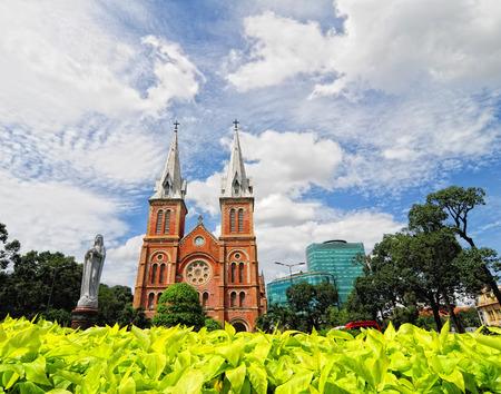 Saigon, Vietnam - oktober 2, 2014 Notre Dame kathedraal in Saigon (Ho Chi Minh City), Vietnam. Franse overheersing (1880) gebouwd en ontworpen door architecter J. Bourard.