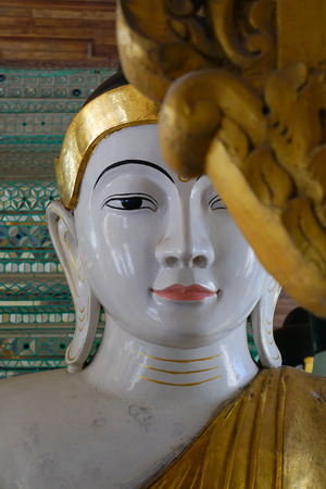 atracci�n: Estatua de Buda en Birmania famoso lugar sagrado y la atracci�n tur�stica hist�rica - pagoda Shwedagon Paya, Yangon, Myanmar. Foto de archivo