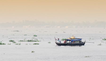 The landscape of Saigon: Cô lập thuyền trôi nổi trên sông Cửu Long, Việt Nam.
