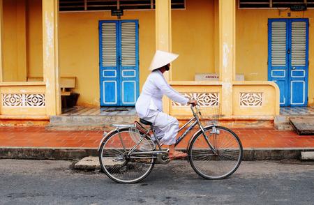 ベトナム人の女性は、ベトナムをホイアンの彼女の自転車に乗る.ホイアン、ユネスコの世界遺産はベトナム中部の主な観光地。 報道画像