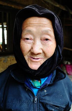 diversidad cultural: Sapa, Vietnam - 13 de febrero de 2013. las mujeres Hmong en un mercado en Sapa. Sapa es famosa por su paisaje agreste y su diversidad cultural. Hmong son una de las muchas tribus de colores.