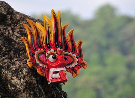 スリランカの伝統的な火悪魔のマスクの店で販売する付近の道路。