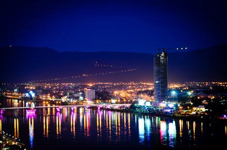Da Nang 's nachts. Da Nang stad is een ontwikkeld en jonge stad in het midden van Vietnam. Stockfoto - 39452622