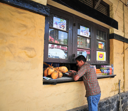 sallad: HIKKADUWA, SRI LANKA - FEBRUARY 23, 2015. Market vendors selling his produce. The Sunday market is great way to see Hikkaduwas local life.