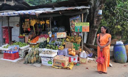 sunday market: HIKKADUWA, SRI LANKA - 23 de febrero de 2015. Retrato de vendedor del mercado de la venta de sus productos. El mercado de los domingos es una gran manera de ver la vida local de Hikkaduwa.
