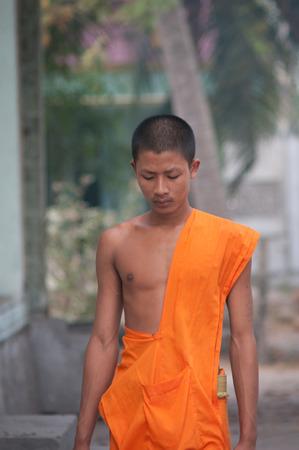limosna: Delta del Mekong, Vietnam - 12 de marzo de 2011. Los monjes j�venes no identificados caminando limosna ma�ana en An Giang, Vietnam. Budismo Theravada lleg� de la India en el sur de Vietnam entre 300-600 dC.