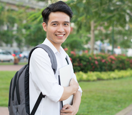 Aziatische student met laptop op het park Stockfoto - 40824022
