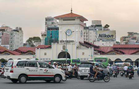 dominacion: HO CHI MINH, Vietnam - 11 de junio de 2015. mercado de Ben Thanh en Quach Thi Trang parque en la ciudad de Ho Chi Minh (Saigón). Mercado de Ben Thanh construido en la dominación francesa y el símbolo de Saigón.