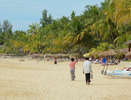 shoreline: Ngapali MYANMAR 16 de enero de 2015. La mujer no identificada venta de frutas frescas en la costa a los turistas en la playa de Ngapali. La venta de productos a los turistas es la principal fuente de ingresos para las personas en Ngapali.