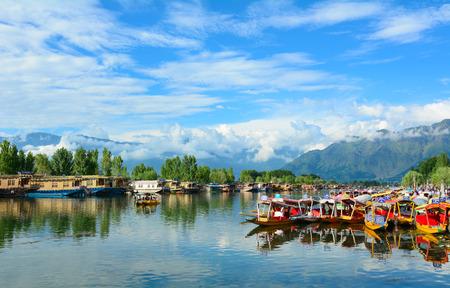 SRINAGAR, INDIA - 21 juli, 2015. Lifestyle in Dal Lake, de lokale mensen gebruiken 'Shikara', een kleine boot voor het transport in het meer van Srinagar, Jammu en Kasjmir staat, India. Redactioneel
