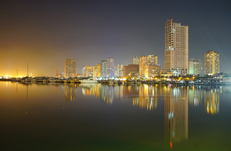 マニラ、フィリピン - 2015 年 5 月 11 日。マニラ湾とマニラ ヨット クラブ マニラ港広場からの夜景。