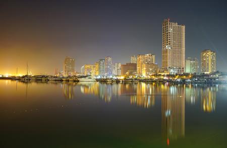 Manila, Filippijnen - 11 mei 2015 Nacht uitzicht op de Baai van Manilla en Manila Yacht Club van de haven plein in Manila, Filippijnen.