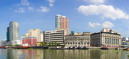 마닐라, 필리핀 -2005 년 5 월 11 일입니다. 요새 산티아고, Intramuros 지구 마닐라, 필리핀에서에서 큰 반원 총 플랫폼에서 도시보기. 에디토리얼