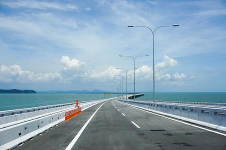 ペナン, マレーシア - 2015 年 8 月 8 日。マレーシア、ペナン ブリッジの眺め。橋は全長 8.4 キロの水の上の長さでマレーシアで 2 番目に長い橋です。