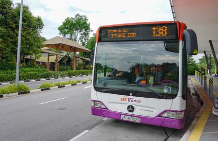 싱가포르 - 9 월 2 일. 싱가포르의 차이나 타운 싱가포르에서 SBS 버스 여행. SBS Transit Limited는 싱가포르에서 가장 큰 대중 교통 운영 업체 중 하나입니다.
