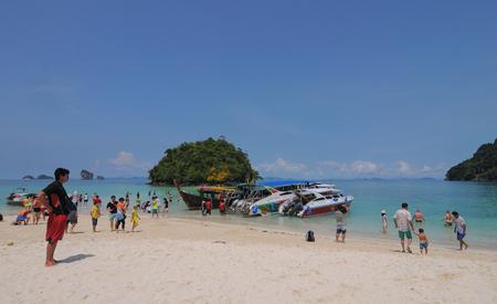 tourist vacation: PHUKET, TAILANDIA - 13 aprile 2015. Turistico vacanza su una spiaggia d'estate e goduto in giorno d'estate a Phuket, in Thailandia. Si tratta di una popolare la famosa per la spiaggia di Patong. Editoriali