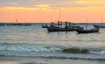 pecheur: bateaux Fisherman � la plage Ngapali, Thandwe, �tat de Rakhine, au Myanmar. Banque d'images