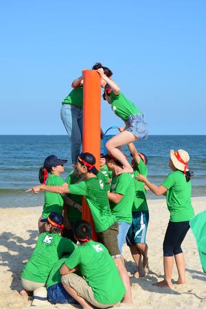 Vung Tau, Vietnam - 29 juni 2015. Niet-geïdentificeerde jongeren spelen van een team sport spel op het strand in Vung Tau, Zuid-Vietnam.