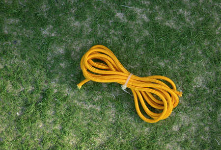 firmeza: Apocryphal knot on double yellow rope on the grass