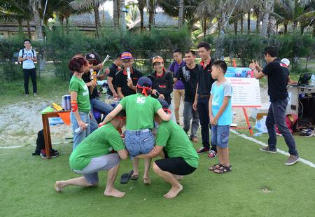 Vung Tau, Vietnam - 29 juni 2015. Unidentified jongeren spelen een teamsport spel op het strand in Vung Tau, het zuiden van Vietnam.