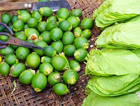 메콩 델타, 베트남에서 시장에서 판매를위한 areca 너트와 빈 잎. 스톡 콘텐츠