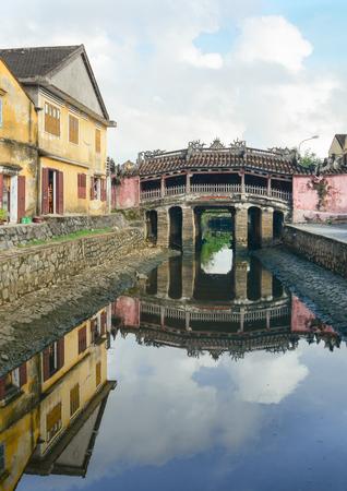 ponte giapponese: Vista del ponte antico giapponese (Chua Cau) nella citt� di Hoi An, Vietnam. Hoi An � una citt� del Vietnam, sulla costa del mare orientale. Editoriali