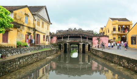 ponte giapponese: HOI AN, VIETNAM - NOV 12, 2015. View of the ancient Japanese bridge (Chua Cau) in Hoi An town, Vietnam. Hoi An is a city of Vietnam, on the coast of the East Sea.