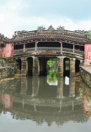 ponte giapponese: Vista del ponte antico giapponese (Chua Cau) nella citt� di Hoi An, Vietnam. Hoi An � una citt� del Vietnam, sulla costa del mare orientale. Archivio Fotografico