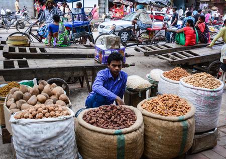 frutos secos: Delhi, India - 26 de julio de 2015. Un hombre indio que vende las frutas secas en el tradicional mercado en Delhi, India.
