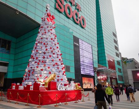 Taipei, Taiwán - 7 de enero de 2016. Gente que mira el árbol de navidad en la alameda de compras de Sogo en el distrito de Tamsui en Taipei, Taiwán. Editorial