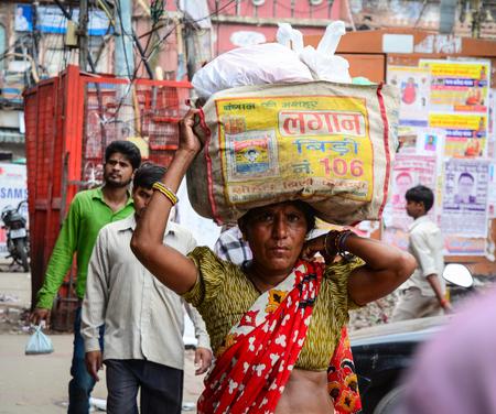 델리, 인도 -2005 년 7 월 26 일. 델리, 인도에서 오래 된 시장에서 산책하는 사람들. 인도의 2011 년 인구 조사에 따르면, 델리 인구는 16,753,235 명입니다.
